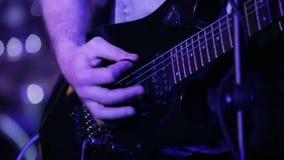 Musicista della roccia che gioca sei chitarre elettriche della corda archivi video