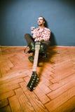 Musicista della roccia sul pavimento Immagine Stock
