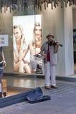 Musicista della via che gioca il violino a Stuttgart Fotografia Stock Libera da Diritti