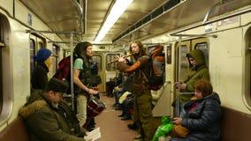 Musicista due nel canto della metropolitana di Mosca e nella flauto e nei tamburi di gioco video d archivio