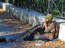 Musicista informale della via che gioca sul didgeridoo Fotografia Stock