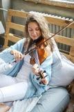 Musicista a letto immagine stock