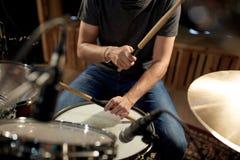 Musicista maschio che gioca i tamburi ed i piatti al concerto Immagini Stock