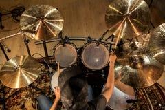 Musicista maschio che gioca i tamburi ed i piatti al concerto Immagine Stock