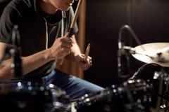 Musicista maschio che gioca i tamburi ed i piatti al concerto Fotografia Stock Libera da Diritti