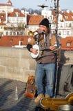Musicista Performing della via su Charles Bridge a Praga Fotografie Stock Libere da Diritti
