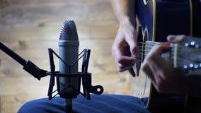 Musicista Recording Acoustic Guitar in microfono sullo studio domestico archivi video