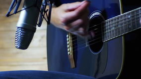 Musicista Recording Acoustic Guitar in microfono sullo studio domestico stock footage