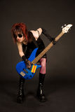 Musicista sconosciuto con la chitarra bassa Fotografia Stock Libera da Diritti