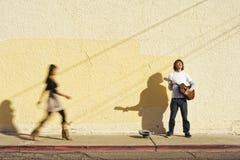 Musicista sul pedone della donna e del marciapiede fotografia stock libera da diritti