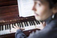 Musicista Unfocused che gioca piano con gli strati di musica fotografie stock libere da diritti