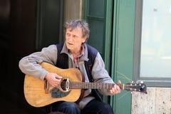 Musicista via/di Zagabria/giocatore di chitarra più anziano Immagine Stock