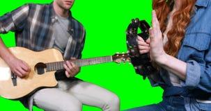 Musicisti che giocano chitarra e tamburino stock footage