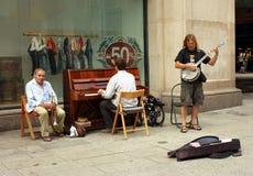 Musicisti che giocano sulla via per soldi Immagine Stock