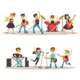 Musicisti dei bambini che eseguono in scena sull'illustrazione variopinta di vettore di manifestazione di talento con il concerto Immagini Stock Libere da Diritti