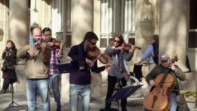 Musicisti della via nel gioco degli occhiali da sole archivi video
