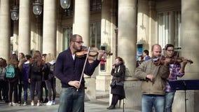 Musicisti della via nel gioco degli occhiali da sole stock footage