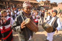 Musicisti durante la testa di celebrazione di compleanno della famiglia - 77 anni 7 mesi 7 giorni vecchio 7 ore Fotografie Stock Libere da Diritti