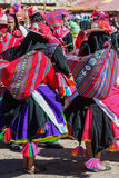 Musicisti e ballerini nelle Ande peruviane a immagini stock