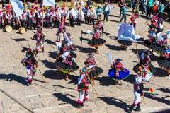 Musicisti e ballerini nelle Ande peruviane a Puno Perù immagini stock