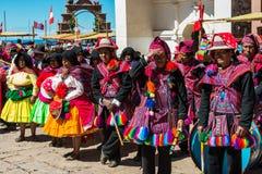 Musicisti e ballerini nelle Ande peruviane a Puno Perù fotografia stock libera da diritti