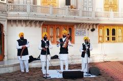 Musicisti indiani che giocano gli strumenti locali in tempio dorato a Amritsar L'India Fotografia Stock Libera da Diritti