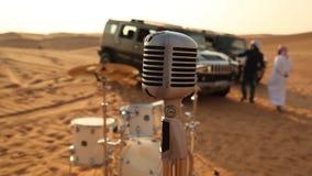 Musicisti nel deserto del Dubai stock footage