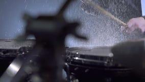 musicisti Punto di vista del batterista che gioca nello studio video d archivio