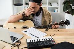 Musicus die aan nieuw project werken royalty-vrije stock afbeelding