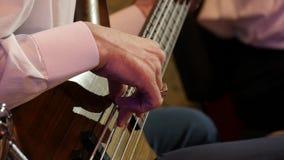 musicus die Bass Guitar Jazz-overleg spelen close-up stock footage