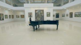 Musicus die de piano speelt steadicam schot 4K stock video