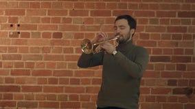Musicus die de trompet spelen royalty-vrije stock foto's