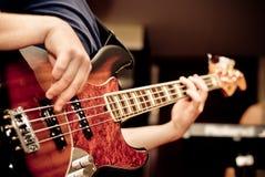 Musicus die een gitaar speelt Royalty-vrije Stock Afbeeldingen