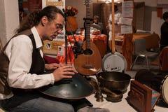 Musicus die een pecussioninstrument spelen bij Olis-Festival in Milaan, Italië Stock Afbeelding