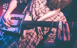 Musicus die een vreemde gitaar spelen royalty-vrije stock foto's