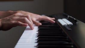 Musicus die het toetsenbord van MIDI/het controlemechanismesynthesizer van MIDI in studio spelen stock video
