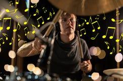 Musicus die in hoofdtelefoons trommeluitrusting spelen bij overleg Stock Foto