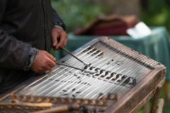 Musicus die traditioneel gehamerd hakkebord spelen royalty-vrije stock foto