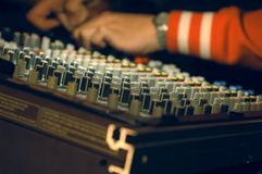 Musicus die zich op audioraad mengt Stock Foto's