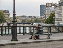 Musicus het spelen bij de straten van Parijs stock foto's