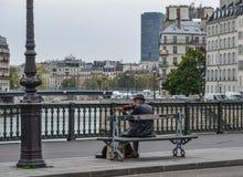 Musicus het spelen bij de straten van Parijs, Frankrijk stock foto's