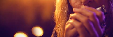 Musicus het spelen harmonika in nachtclub royalty-vrije stock fotografie
