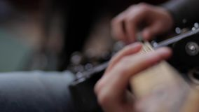 Musicus het spelen op de gitaar stock video