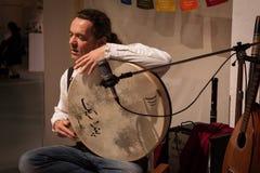Musicus het spelen pecussioninstrument bij Olis-Festival in Milaan, Italië Stock Foto