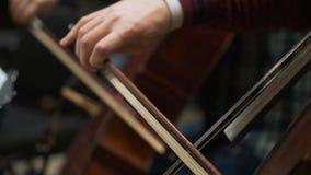 Musicus het spelen viool, klassieke muziek Orkest op stadiumserre stock video