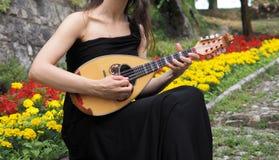 Musicus het stellen met Italiaanse mandoline stock foto's