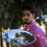 Musicus met de tuba in het Park royalty-vrije stock afbeelding