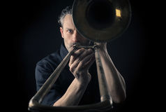 Musicus met een trombone stock afbeelding