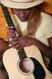 Musicus met haar gitaar stock afbeelding