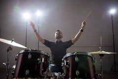 Musicus met zijn drumstel stock foto's